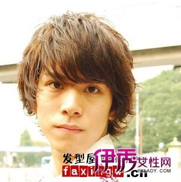 偏金色的染发与短卷发的组合塑造洋气的男生发型,从正面看,头发